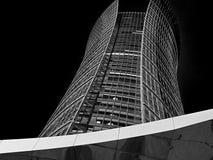 bâtiment de haute fonction sur un fond noir la nuit photos stock