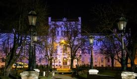 Bâtiment de l'université letton dans l'illumination de nuit Images libres de droits