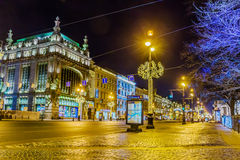 Bâtiment de magasin d'Eliseevsky et de théâtre de comédie d'Akimov sur Nevsky Prospekt illuminé pour Noël, St Petersburg image stock