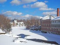 Bâtiment de moulin de la Nouvelle Angleterre sur la rivière en hiver Photos stock