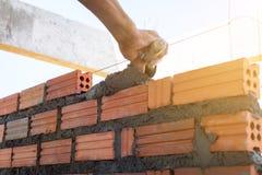 Bâtiment de mur de construction avec la brique et le ciment photos stock