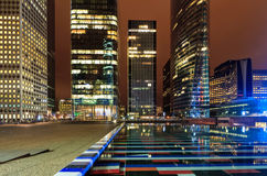 Bâtiment de Paris de nuit ; les bureaux ont allumé des employés Image stock