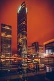 Bâtiment de Paris de nuit ; les bureaux ont allumé des employés Photographie stock libre de droits