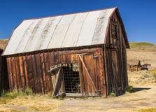 Bâtiment de penchement dans la ville fantôme de la Californie Photographie stock libre de droits
