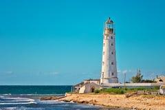 Bâtiment de phare sur le bord de la mer avec le ciel bleu sur le fond photographie stock libre de droits