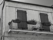 Bâtiment de quartier français avec deux portes et balcon avec trois planteurs Image stock