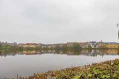 Bâtiment de résidence avec la réflexion au secteur de municipalité photo libre de droits
