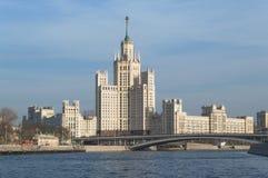 Bâtiment de remblai de Kotelnicheskaya avec le pont et la rivière de Moskva image stock