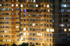 Bâtiment de Residental la nuit, vue étroite Image libre de droits
