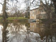 Bâtiment de scène d'hiver réfléchi sur un lac Images libres de droits