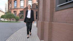 Bâtiment de sourire de Walking Near Office de femme d'affaires banque de vidéos