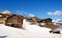 Bâtiment de station de vacances et de restaurant avec le secteur de neige et de ski image stock
