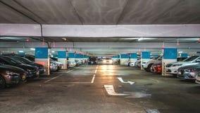 Bâtiment de stationnement de voiture banque de vidéos