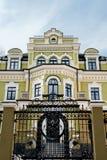 Bâtiment de style ancien de vue inférieure dans la ville Image stock