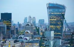 Bâtiment de talkie - walkie et opérations bancaires de Canary Wharf et aria de bureau au fond Londres, R-U Photo libre de droits