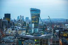 Bâtiment de talkie - walkie et opérations bancaires de Canary Wharf et aria de bureau au fond Londres, R-U Photos libres de droits