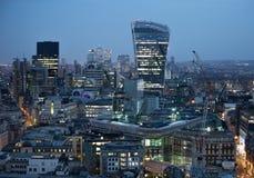 Bâtiment de talkie - walkie et opérations bancaires de Canary Wharf et aria de bureau au fond Londres, R-U Photographie stock libre de droits