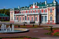 Bâtiment de Tallin Estonie dans un jardin gentil Photos stock