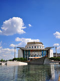 Bâtiment de théâtre national et parc de ville de Budapest Photo libre de droits
