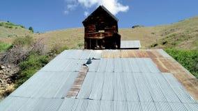 Bâtiment de toit et de dessus de mine d'Adelmann où de l'or était extrait banque de vidéos