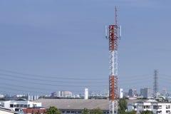 Bâtiment de tour d'antenne avec le ciel bleu Photos libres de droits