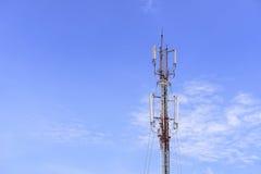 Bâtiment de tour d'antenne avec le ciel bleu Photographie stock