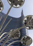 Bâtiment de tour d'Unicredit et lampe de poteau n Milan Image libre de droits