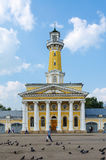 Bâtiment de tour de feu sur la place de Susaninskaya, Kostroma, Russie photographie stock libre de droits