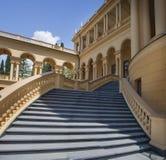 Bâtiment de villa de lieu de villégiature luxueux dans un grand territoire de jardin Images stock