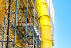 Bâtiment de yard de tube de débris de décharge photographie stock libre de droits