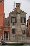 Bâtiment deux-storeyed intéressant à Venise image stock