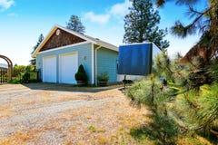 Bâtiment distinct de garage avec deux portes Photo stock
