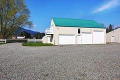 Bâtiment distinct de garage avec trois portes de garage Image stock