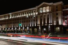 Bâtiment du Conseil des ministres à Sofia, Bulgarie Vue de nuit avec des traînées de feu de signalisation photo libre de droits