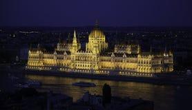 Bâtiment du Parlement de Budapesti Hongrie la nuit avec la lumière jaune Images stock