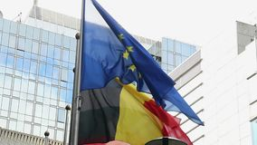Bâtiment du Parlement de drapeau d'Union européenne en vent de Bruxelles Belgique clips vidéos