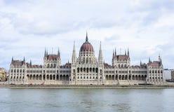 Bâtiment du Parlement hongrois dans le remblai de Budapest et le Danube Images stock