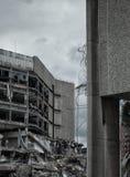 Bâtiment en béton étant démoli images libres de droits