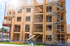 Bâtiment en bois en construction avec le travailleur Photo stock