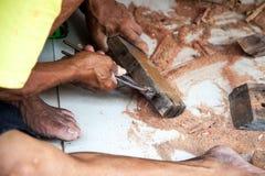 Bâtiment en bois travaillant de vieil homme Photos libres de droits
