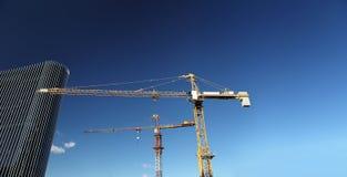 Bâtiment en construction de site avec le gratte-ciel de grue et en verre Photo stock