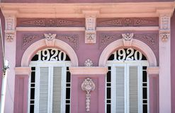 Bâtiment en pastel rose à La Havane au Cuba photos stock