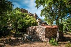 Bâtiment en pierre abandonné dans les montagnes Images libres de droits