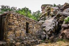 Bâtiment en pierre abandonné dans les montagnes de la Sicile Photographie stock libre de droits