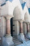 Bâtiment en pierre avec des piliers Photo stock