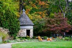 Bâtiment en pierre rond en parc d'automne Images libres de droits