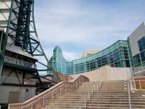 Bâtiment en verre avec la tour et les escaliers photographie stock libre de droits