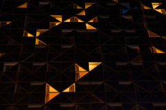 Bâtiment en verre de bureau dans le résumé la nuit Photos stock