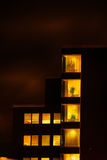Bâtiment en verre de bureau dans le résumé la nuit Image stock