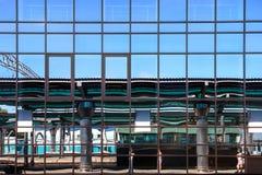 Bâtiment en verre de façade avec les fenêtres reflétées Images stock